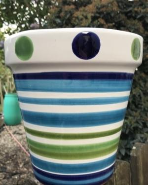 Wandblumentopf weiss mit blauen und grünen Querstreifen