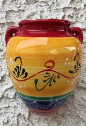 Wandamphore, filigran bemalt, gelb/rot/blau, innen und aussen glasiert